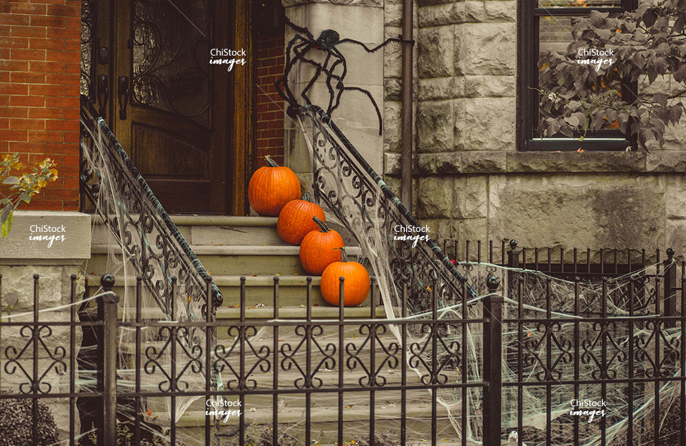 A jack-o'-lanterns in front of a home in Lincoln Park Chicago